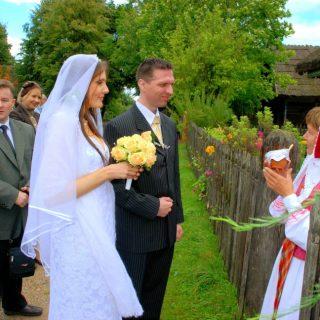 Praverkime vestuvinių papročių lobių skrynią…