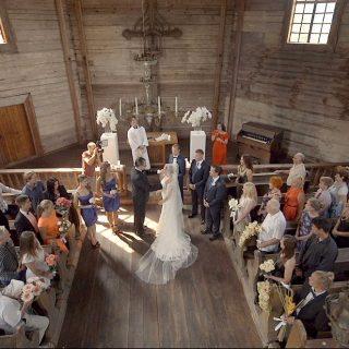 """Muziejaus koplyčioje. Nuotr. iš filmo """"Be 5 minučių vedę"""""""
