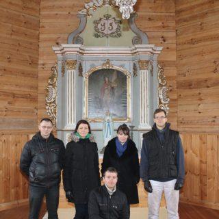 Tęstinio restauravimo projekto komanda: stovi iš kairės Linas Lukoševičius, aukščiausios kvalifikacinės kategorijos molbertinės tapybos restauratorius; Greta Žičkuvienė, aukščiausios kvalifikacinės kategorijos polichromuoto medžio restauratorė, vadovavusi II-ame etape atliktiems darbams; Ina Dringelytė, LLBM muziejininkė, dailėtyrininkė, restauravimo projekto vadovė; Lukas Paulauskas, LLBM meninių baldų restauratorius; priekyje – aukščiausios kvalifikacinės kategorijos polichromuoto medžio restauratorius Rolandas Vičys