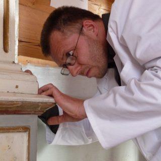 Labai susikaupęs aukščiausios kvalifikacinės kategorijos molbertinės tapybos restauratorius Linas Lukoševičius