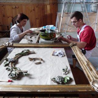 Prie darbo stalo – Greta Žičkuvienė, aukščiausios kvalifikacinės kategorijos polichromuoto medžio restauratorė, projekto II etapo darbų vadovė ir LLBM meninių baldų restauratorius Lukas Paulauskas