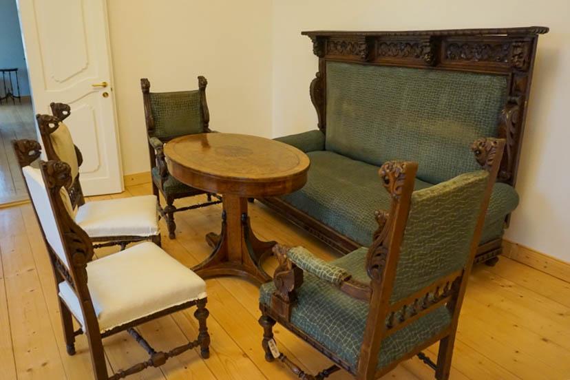 Atnaujinamas XIX a. dvaro baldų komplektas.