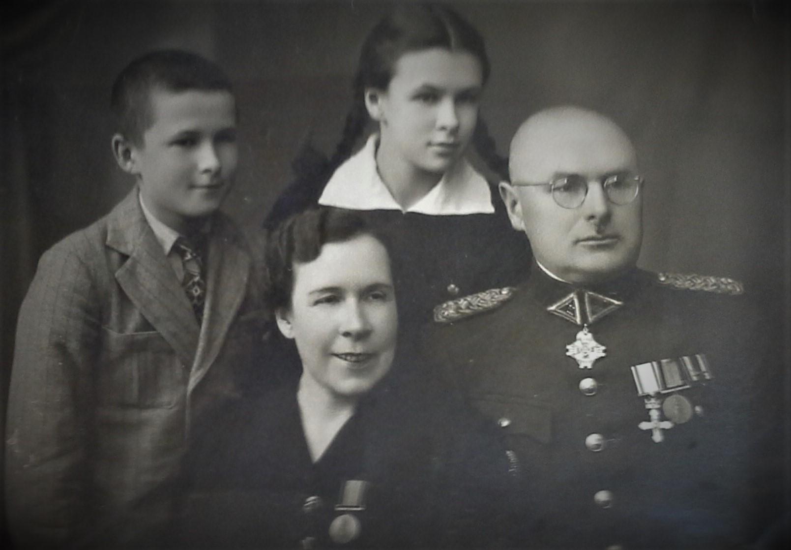 Šlepečių šeima Raseiniuose apie 1938 m.: Stanislava Šlepetienė, Lietuvos kariuomenės karininkas J. Šlepetys, jų dukra Angelė Rūta ir sūnus Ričardas Algimantas.