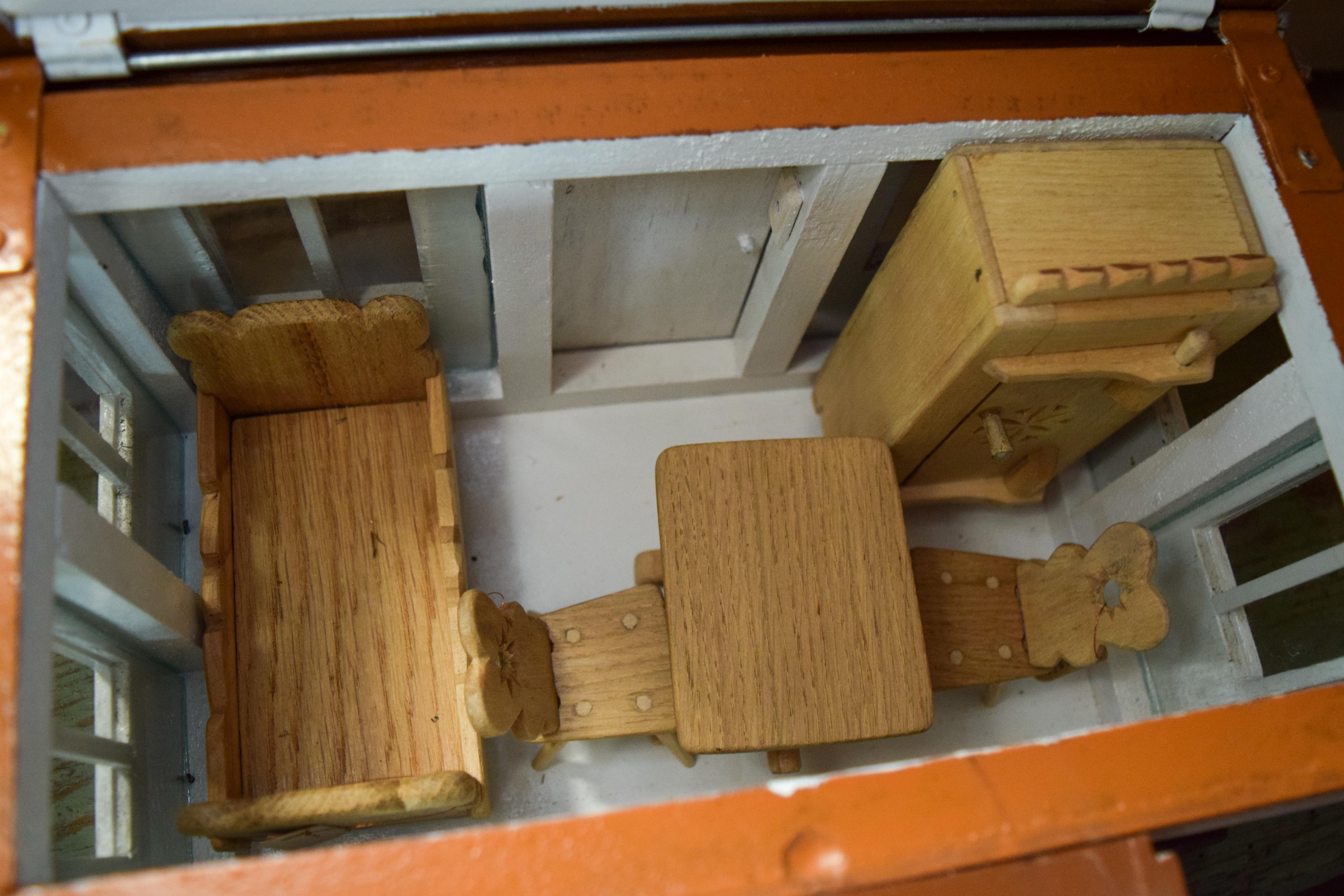 Lėlių namelio su baldais vidus. E. Braziulienės nuotrauka.